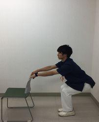 イスに座るように股関節と膝を曲げるイメージ写真