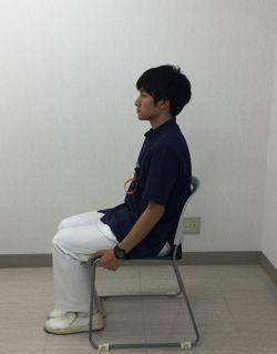 背筋を伸ばしてイスに腰掛けるイメージ写真のサムネイル画像