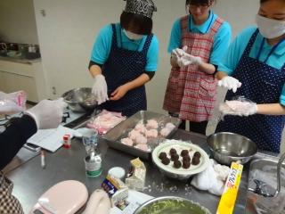 桜餅の餡を包む